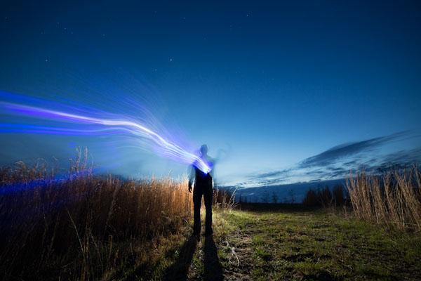 ترفند عکاسی: برقراری توازن بین نور آتش و نور آسمان شب هنگام نقاشی با نور